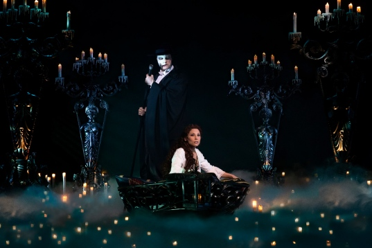 Musical 'Das Phantom der Oper' im Theater Neue Flora in Hamburg. Mathias Edenborn als das Phantom und Valerie Link als Christine Photo: Stage Entertainment/Morris Mac Matzen