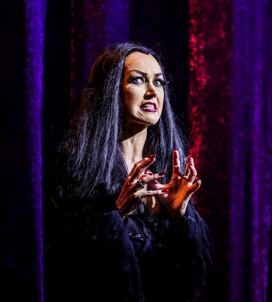 Addams-Family: Die Probenarbeit neigt sich dem Ende zu - naechste Woche ist Premiere. Jetzt fand die erste Durchlaufprobe in Kostümen und bei Licht statt. Foto: Rolf Ruppenthal/ 13. Aug. 2014