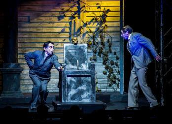 Addams-Family: Premiere im Merziger Zeltpalast: Uwe Kroeger als Gomez Addams (l) und Ethan Freeman als Mel Beineke (r). Foto: Rolf Ruppenthal/ 23. Aug. 2014
